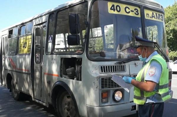 Полицейские проверяют легальность работы перевозчиков и соблюдение ими ПДД