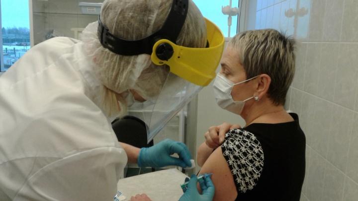 В Пермь привезли 1000 доз вакцины от коронавируса. Одной из первых привилась глава Минздрава