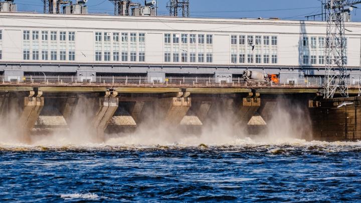 На Камской ГЭС начался сброс воды — полюбуйтесь на него дистанционно. Фоторепортаж