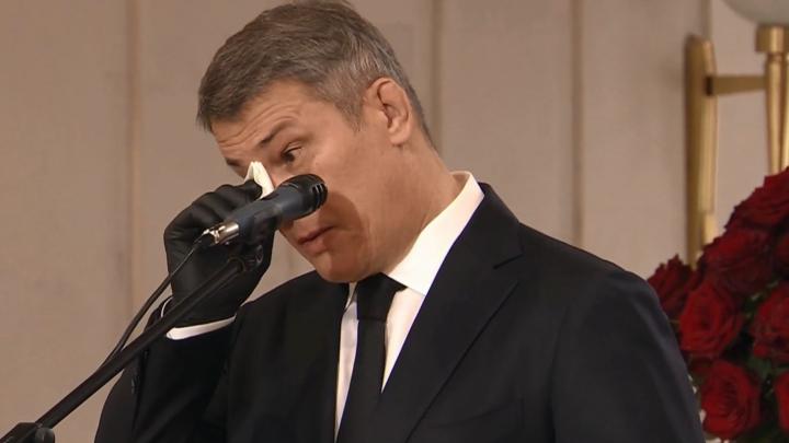 Радий Хабиров не сдержал слез на похоронах мэра Уфы