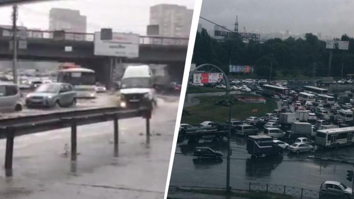 Вода ушла за 20 минут: мэр объяснил, почему во время ливней топит площадь Труда