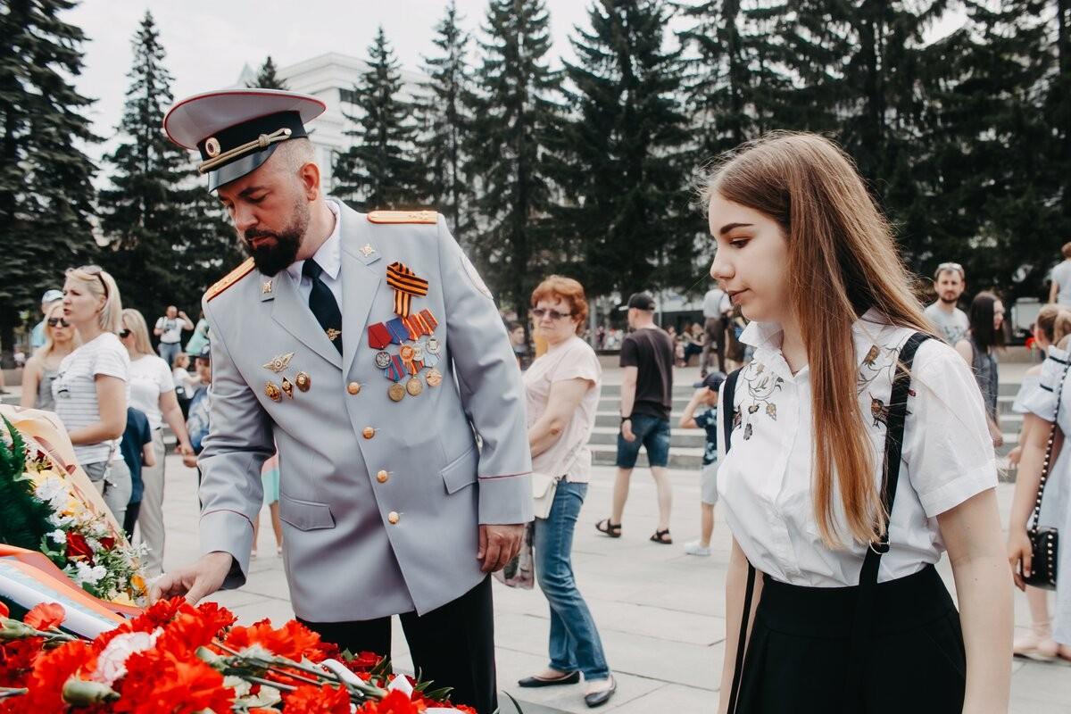 Алексей Мартынов с дочерью Викторией. В 2000 году ему было 24 года. Он — выпускник челябинского физико-математического лицея № 31 и нижегородской академии МВД