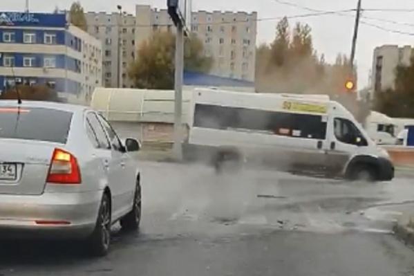 Некоторым машинам воды на дорогах — по самые пороги
