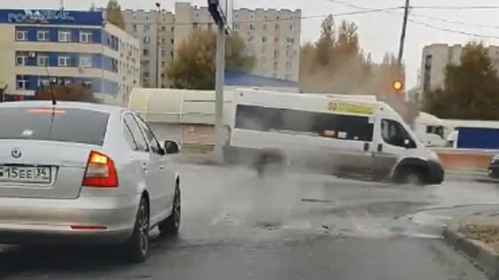 В Волгограде из-за коммунальной аварии дороги заливает кипятком