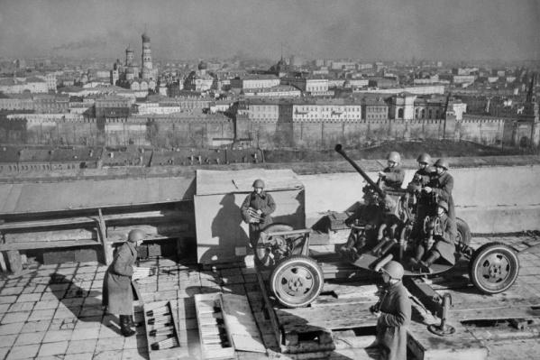 Расчет советской 37-мм автоматической зенитной пушки 61-К на крыше библиотеки имени Ленина в Москве<br>