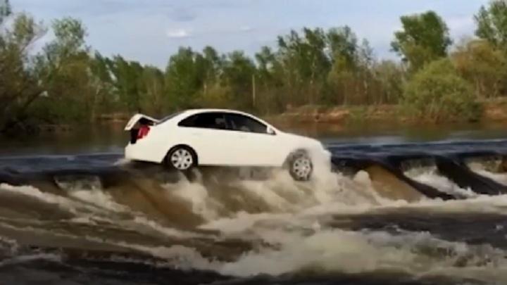 «Течение снесло с плотины»: под Волгоградом посередине ерика спасали иномарку