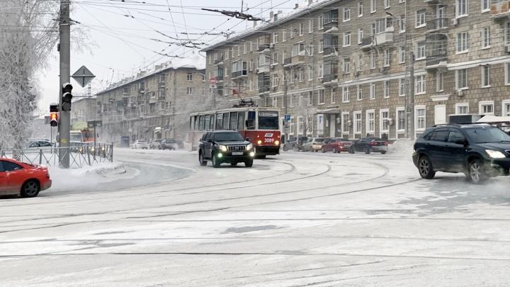 Удивительное место в Новосибирске, где водители едут под «кирпич» и плюют на светофор