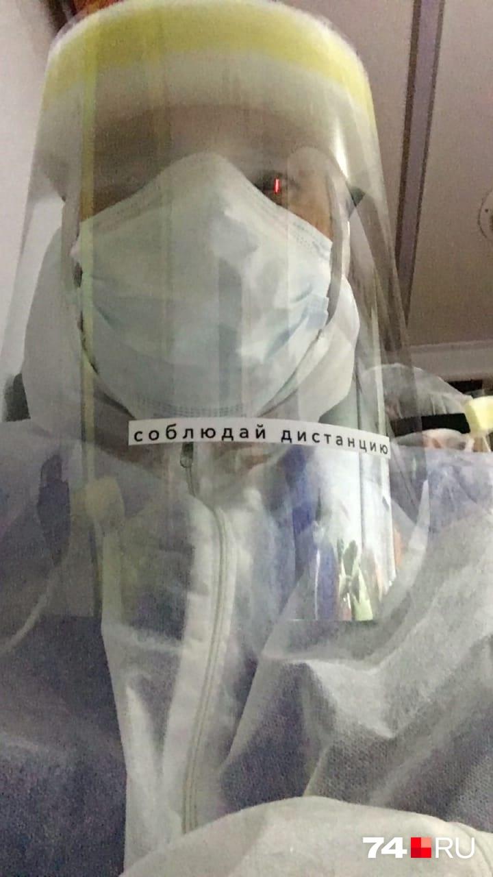 По словам врача, костюм не только просвечивает, но и хорошо пропускает воздух, так что нет никакой гарантии, что он задерживает вирусы