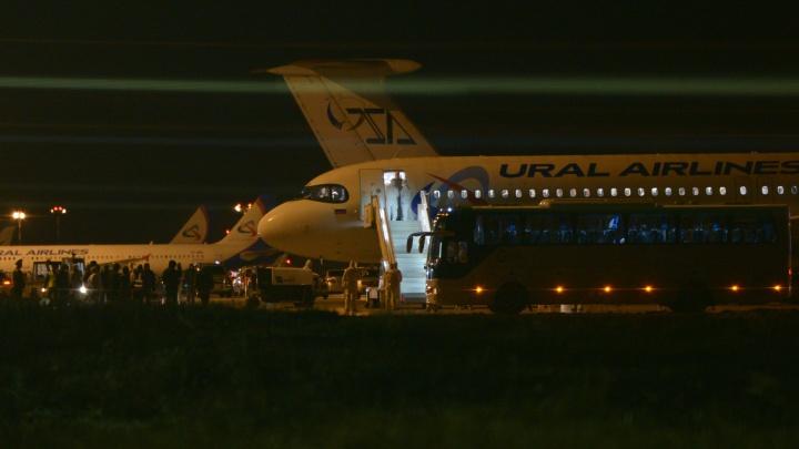 В Кольцово прилетел самолет с туристами из Таиланда. На борт поднялись медики в спецзащите