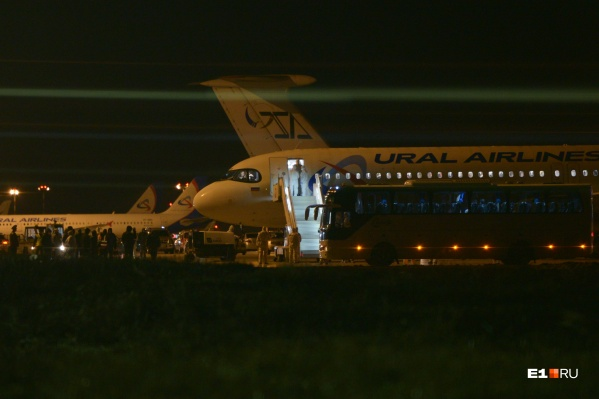 Самолет окружили медики