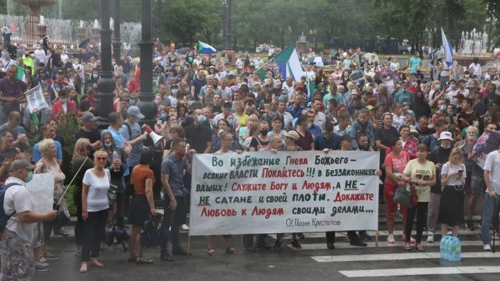 «Не боятся ни стихии, ни арестов»: репортаж екатеринбуржца о многотысячных протестах в Хабаровске