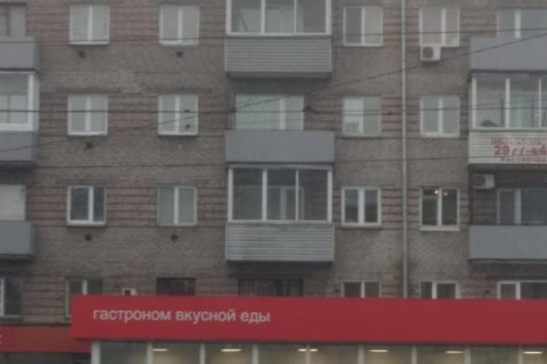 Пожилая женщина выпала из окна 4-го этажа на козырек 1-го этажа