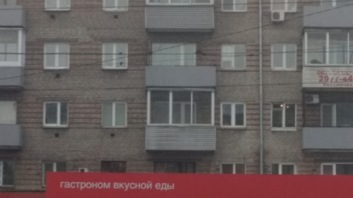 Пожилая женщина выпала с 4-го этажа дома на проспекте Красноярский Рабочий: приземлилась на козырек и осталась жива