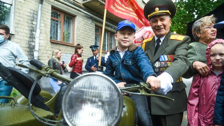 Парад с доставкой на дом: трогательные фото, как военные в Екатеринбурге поздравляли ветеранов