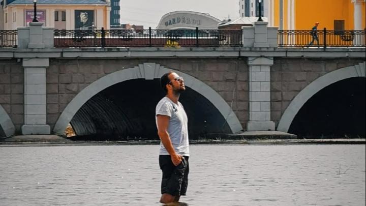 Челябинцы проплыли реку Миасс и измерили ей глубину в центре города