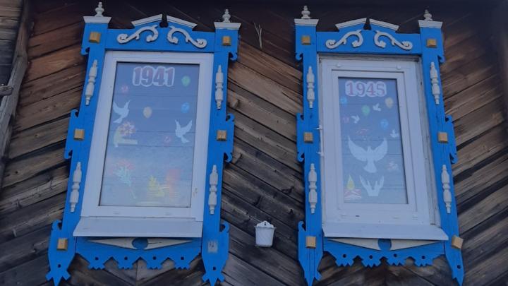 «Окна Победы»: разглядываем, как уральцы украсили окна своих квартир и домов к 9 Мая