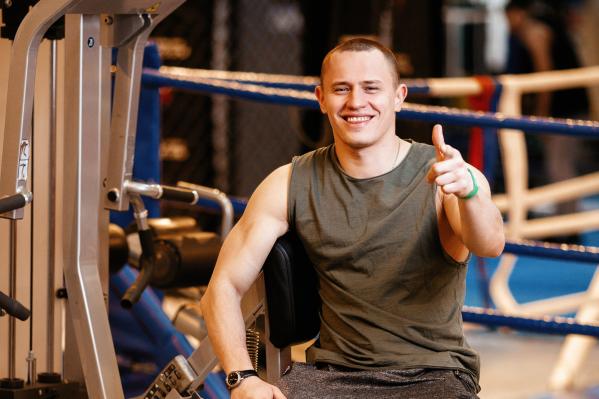 Фитнес-инструктор показывает упражнения, которые помогут вернуть кубики на пресс после режима самоизоляции