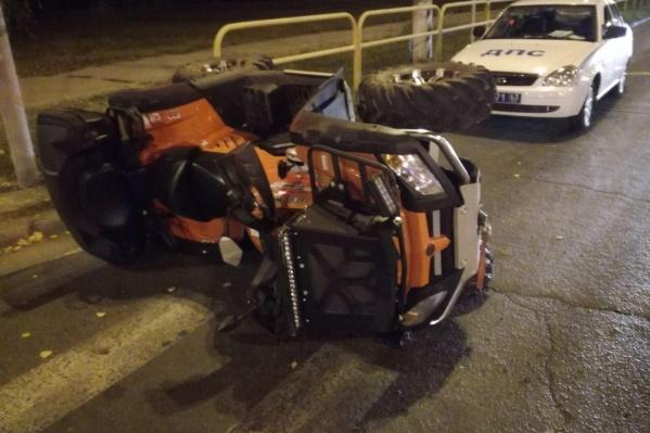 После столкновения квадроцикл перевернулся
