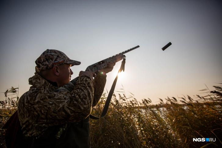Сейчас в Барабинском обществе охотников и рыболовов пытаются продвинуть свой способ борьбы с браконьерами — теперь любой въезд на территорию должен проходить в сопровождении егеря