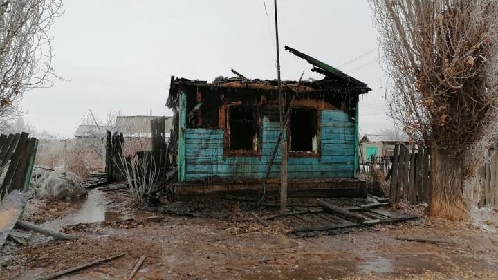 Погибли ребенок и парализованная старушка: под Волгоградом в частном доме сгорели заживо два человека