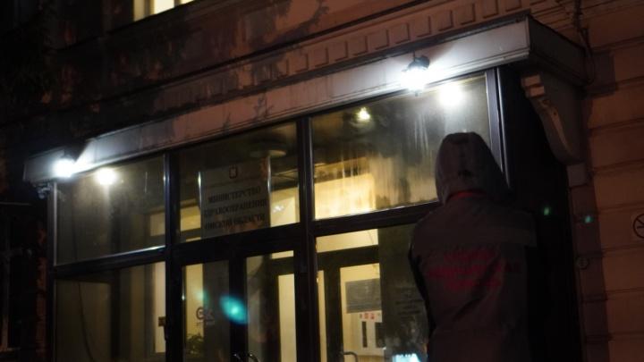 Медики привезли больных к зданию Минздрава Омской области, поскольку в больницах не было мест