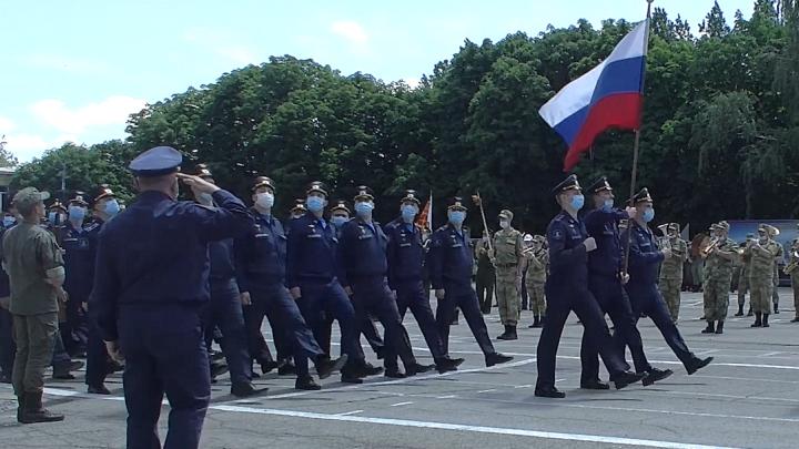 В Новочеркасске военные в масках «прогнали» парад Победы. Публикуем видео с репетиции
