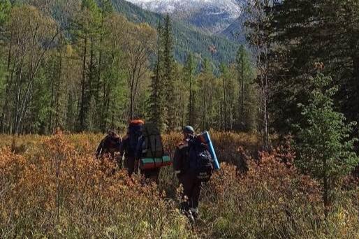 На Алтае спасатели доставили в населённый пункт группу новосибирских туристов, где один из участников погиб