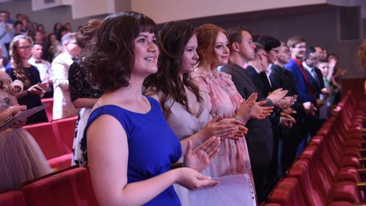 Куйвашев пообещал выпускникам организовать онлайн-концерт с участием звезд