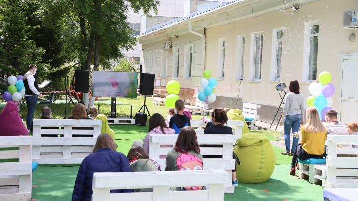 В Кузбассе открылся первый кинотеатр. Показы идут под открытым небом