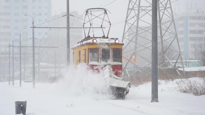 Занесенные переходы и снежная каша: публикуем фото последствий многочасовой метели в Самаре