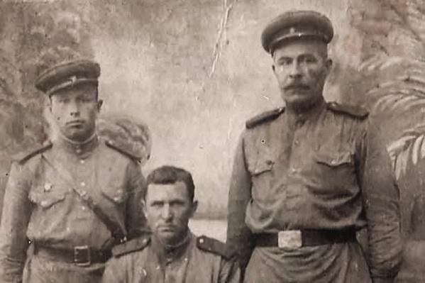 На фотографии Николай Иванович (слева) с сослуживцами