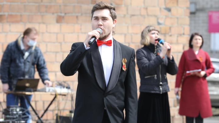 Музыканты для врачей и пациентов выступили под окнами инфекционного госпиталя