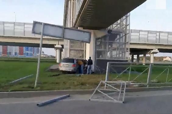 На Монтажников водитель Mercedes снес забор и сбежал с места ДТП