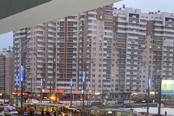 В направлении к центру города трамваи стоят