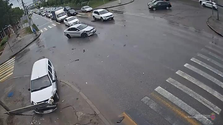 Думал, проскочу: однотипные аварии в Волгограде попали в объективы камер наблюдения