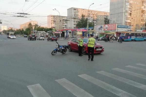 Mazda поворачивала налево, а мопед ехал прямо во встречном направлении