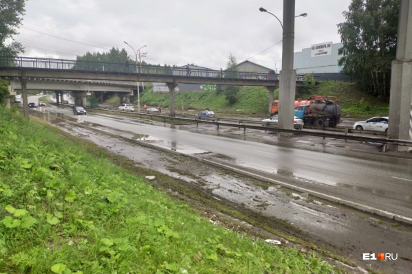 В мэрии заявили, что дорогу затопило из-за двух заваленных колодцев