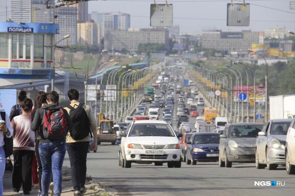 Гости города из других городов и стран видят Новосибирск зелёным и чистым и одновременно похожим на гетто и деревню
