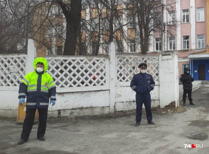 В здании объявлен карантин, около него выставлена охрана