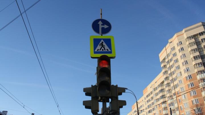 На аварийном перекрестке Уралмаша запретили левые повороты