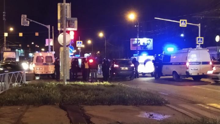В Брагино пять полицейских машин окружили легковушку: что произошло
