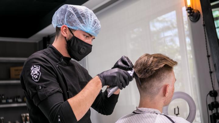 «Не стригся 3 месяца, по мне не видно?»: как в первый день парикмахеры справлялись с потоком клиентов