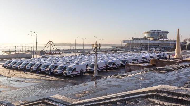 Медики Волгограда и области получили у елки 90 новых машин скорой помощи