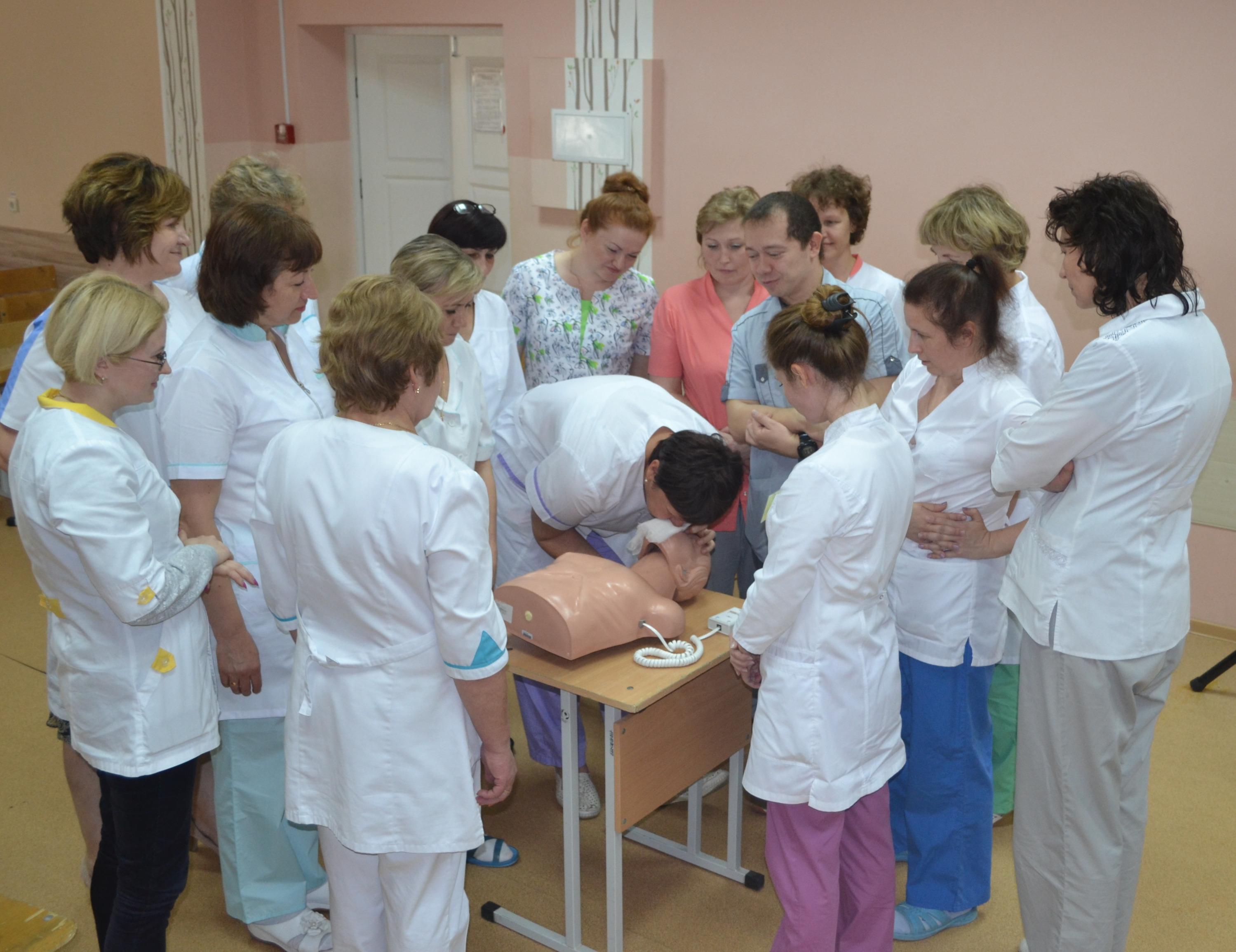 Врач проводит занятие по сердечно-легочной реанимации для персонала санатория «Орлёнок»