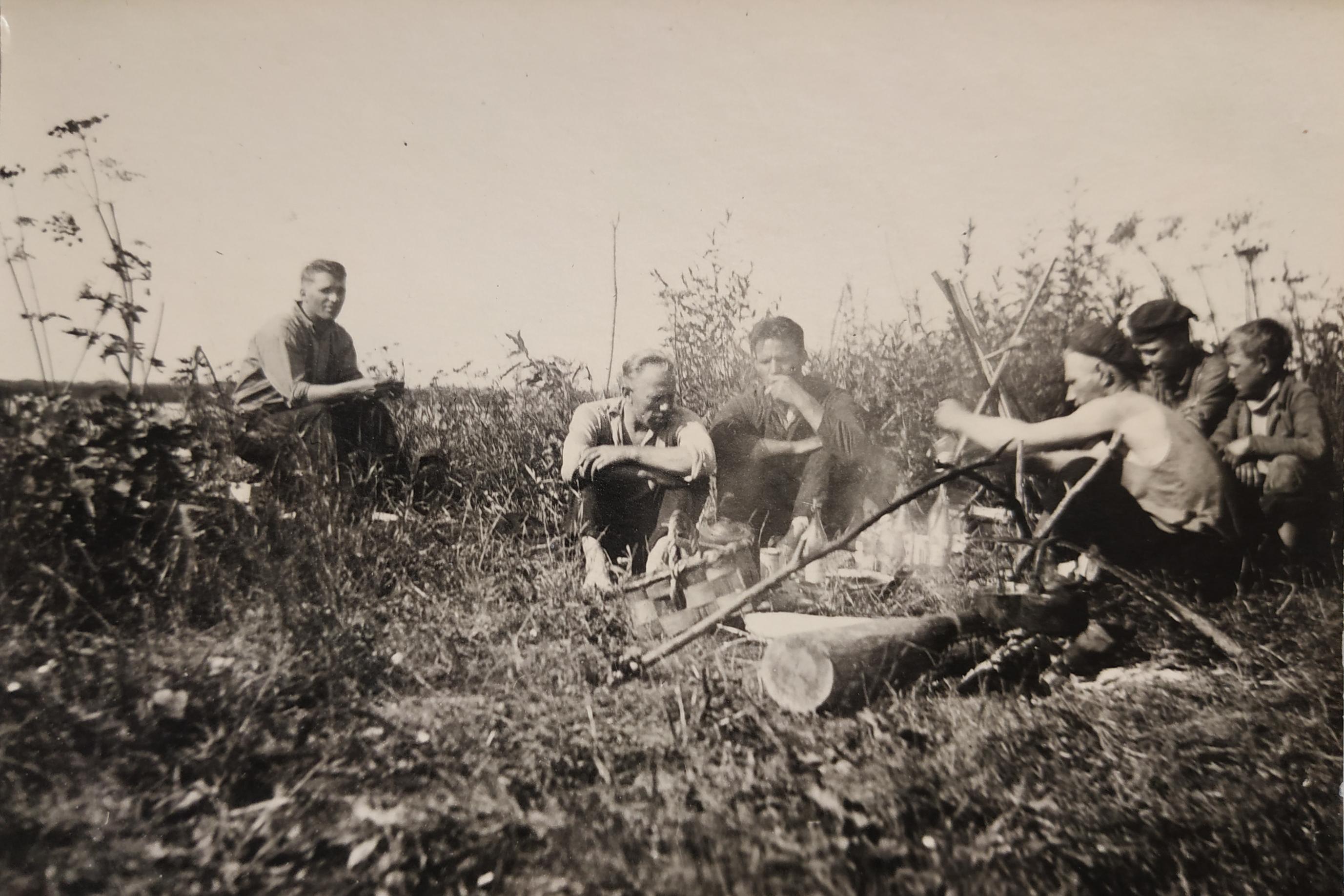 21 июня 1941 года. Борис Иванов — третий справа, в профиль