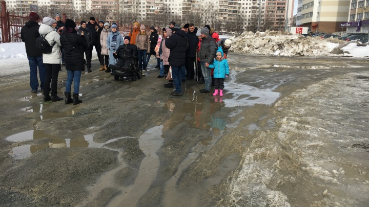 Челябинцы записали видеообращение к Котовой, стоя в грязи