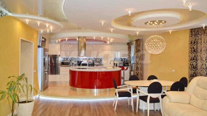 В Омске выставили на продажу за 13,5 миллиона рублей квартиру с тремя лоджиями и спортивным залом