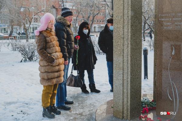 Пермяки приходят к памятнику с цветами