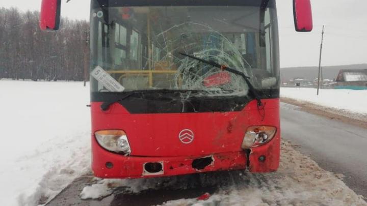 В Башкирии иномарка врезалась в пассажирский автобус