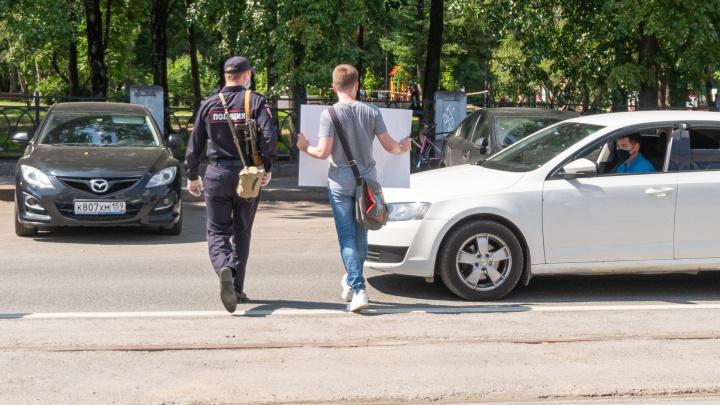 В Перми задержали журналиста Михаила Даниловича — он встал с одиночным пикетом в поддержку Ивана Сафронова